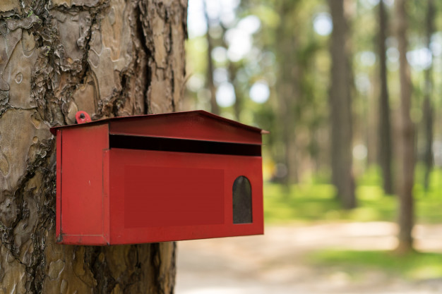 mailbox-red-rusty-selective-focus_7423-7